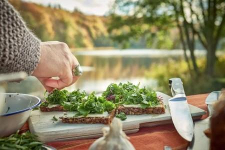 Wild- und andere Kräuter gehören in jede Küche – auch in die im Freien. Hier bei einem Kräuterseminar in Feldberg, Mecklenburgische Seenplatte; Foto: TMV/pocha.de