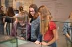 Schülerinnen der Klasse 7b des Paderborner Gymnasiums Theodorianum erkunden das Museum in der Kaiserpfalz. Foto: LWL/Nadine Merschmann
