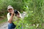 Der Hobbyfotograf Martin Düsterberg aus Leopoldshöhe leitet die Fotowanderung und gibt den Teilnehmern Tipps. © Haus Neuland