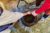 Ganz schön schwer der alte Kochtopf: Bei den Sommerferienspielen in der Wewelsburg stehen viele Mitmachaktionen auf dem Programm. © Lina Loos für das Kreismuseum Wewelsburg