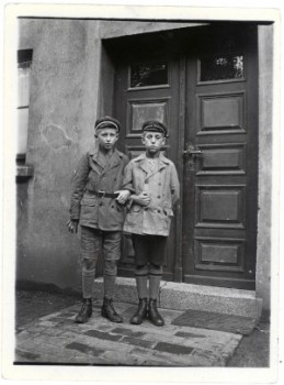 Günter Cassel (rechts) als Zwölfjähriger, 1927. © Mindener Museum