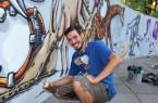 Die Dose in der Hand, den Atemschutz parat: Nils Neumeyer besprüht die Wand auf der Freilichtbühne Mohns Park.