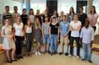 """Die Teilnehmer der Lehrveranstaltung """"Social Entrepreneurship"""" mit den Seminarleiterinnen Eva Alexandra Schmitz (1. Reihe, 1.v. l.) und Lea Hansjürgen (1. Reihe, 2.v. l.)."""
