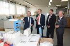 Ulf Kattelmann, Geschäftsführender Gesellschafter von KADECO, bei der Besichtigung seines Betriebes während der Best-Practice-Tour mit IHK-Präsident Wolf D. Meier-Scheuven, IHK-Geschäftsführer Swen Binner und IHK-Hauptgeschäftsführer Thomas Niehoff (v. l.).