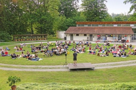 Beim Freilichtslam im LWL-Freilichtmuseum Detmold kann man picknicken und moderner Poesie lauschen. Foto: LWL/Jähne