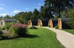 Eine urig-gemütliche Atmosphäre bieten die Camping Pods und Hexenhäuschen im Gartenschaupark Rietberg, die für Übernachtungen gemietet werden können (Foto: Stadt Rietberg).