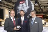 Ungeahnte Freiheit dank AutoDos und PowerDisk: Auf der Miele-Pressekonferenz zur IFA präsentierten die Geschäftsführer Dr. Markus Miele, Dr. Axel Kniehl und Dr. Reinhard Zinkann (v. l.) den ersten Miele-Geschirrspüler, der autonom startet und dosiert.