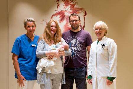Auch Julia Peterhanwahr und Matthias Wissel (Mitte) fühlten sich bei der Geburt von Tochter Ella im Klinikum Gütersloh sehr wohl und danken Meike Kruse (leitende Hebamme, links) und Chefärztin Dr. Wencke Ruhwedel (rechts) für die gute Betreuung.
