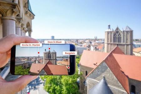 """Rund 60 Sehenswürdigkeiten, Plätze und Gebäude können Nutzerinnen und Nutzer vom Rathausturm mit Augmented-Reality-Funktion in der App """"Entdecke Braunschweig"""" ganz nah ran holen. (Foto: Braunschweig Stadtmarketing GmbH/Gerald Grote)"""