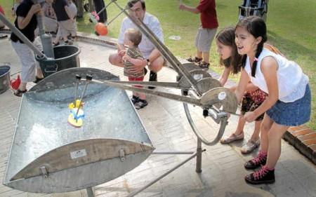 Plitsch, Platsch, Plopp: Bei Donnerlüttken können die Kinder an 50 Wasserinstrumentenin 25 Wannen ihre eigenen Rhythmen klingen und blubbern lassen. © Michael Bradke