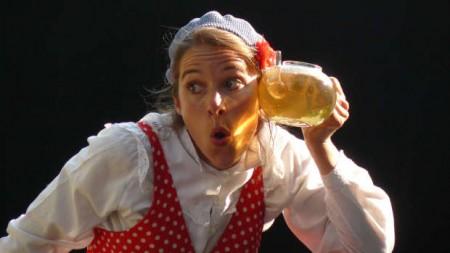 Was tun, wenn ein Fisch in der Teekanne landet: Das Objekttheater Compagnie Les Petits Délices weiß einen Ausweg. © L. Poullain