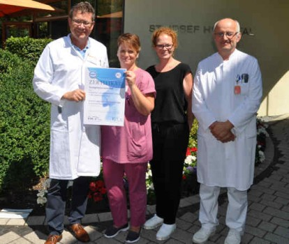 Im Team gegen krankhafte Fettleibigkeit: Die Operateure Dr. Florian Dietl und Harry Feist, Leitender Oberarzt in der Klinik für Allgemein- und Viszeralchirugie des St. Josef Hospital Bad Driburg (v.l.) sowie die Fachkoordinatorin für Adipositas und metabolische Erkrankungen, Tanja Kunze. Mone Hinse ist eine ehemalige Patientin. Sie brachte vor der Operation 138 Kilogramm auf die Waage: Jetzt wiegt sie noch 67 Kilo.
