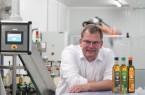 Geschäftsführer Bernd Kleeschulte zeigt das Bürener Rapskernöl 'Moritz' im gerade neu erstellten Design. Fotograf: ProjectPartner Dirk Kleeschulte