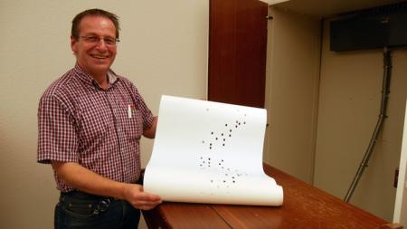 Ralf Manche (Gebäudemanagement) zeigt die 'Herbstrolle'.