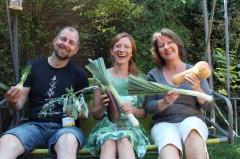 Gute Laune und gutes Essen gehören zusammen, das meinen jedenfalls Bastian und Daphne Seehaus und Marion Grages vom Fachbereich Umweltschutz. Wer frisch kauft, spart außerdem Verpackungsabfall.