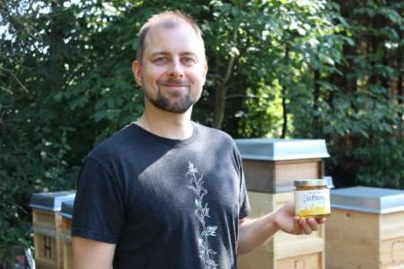 16 Bienenvölker liefern den Honig für die Direktvermarktung: Bastian Seehaus ist jetzt auch mit der Produktion von Bio-Honig erfolgreich.