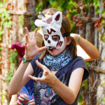 Jugendliche erwecken Masken zum Leben