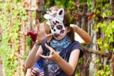 Ella (13) erzählt mit ihrer Maske und gezielter Gestik eine kleine Geschichte.Foto: Haus Neuland