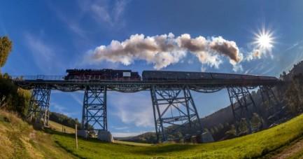 Die Erzgebirgische Aussichtsbahn überquert das Markersbacher Viadukt