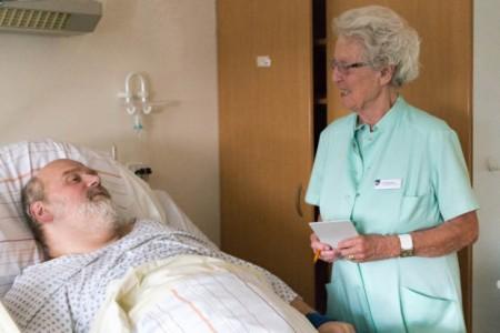Einmal in der Woche ist Helga Reckmann auf der Station 18 unterwegs und nimmt sich Zeit für die Patienten.
