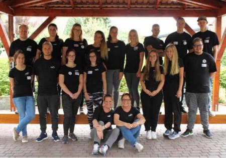 Erfolgreiches Teamtraining. Die Auszubildenden gemeinsam mit den Mitarbeiterinnen des CAL e.V. Eva-Maria Iselin und Dunja Weidmann (v.l.i.V.) im Becker Outdoorcamp am Möhnesee. © CAL e.V.