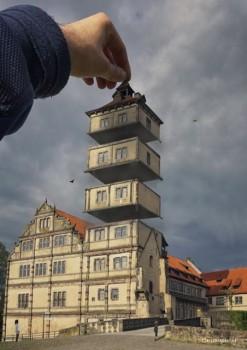 """Im Turm von Schloss Brake wimmelt es nur so vor europäischen Bezügen. Am """"Tag des offenen Denkmals"""" nimmt der Kunsthistoriker Dr. Michael Bischoff um 15 und um 16.30 Uhr das weithin sichtbare Wahrzeichen Lemgos im besten Sinne """"auseinander"""". Copyright: Der Bildakrobat."""