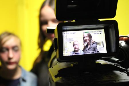 Im Film-Workshop drehen die Jugendlichen ein eigenes Video zum Thema Vielfalt.
