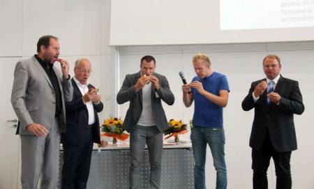 Auch wenn es nicht so aussieht, die Mehlwürmer sollen lecker geschmeckt haben, Testesser waren (v.l.) IuM-Dekan Prof. Dr. Lothar Budde, Oberbürgermeister Pit Clausen, Jens Ohlemeyer, Daniel Danger und Rainer Menze.