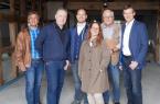 Verbinden Alt und Neu (v.l.): Ulrich Paschke (Untere Denkmalbehörde), Architekt Andreas Grube, Janik Schenke, Jeannette Hölscher-Schenke, Siegfried Kornfeld ( Heimatverein Isselhorst) und Reiner Schenke.