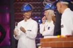 """TV-Bachelor Paul Jahnke füllt die Eisenkugel für das """"Sprengkugelexperiment"""" mit Wasser, Cheyenne Pahde und Oliver Pocher schauen gespannt dabei zu. © MG RTL D / Stefan Gregorowius)"""