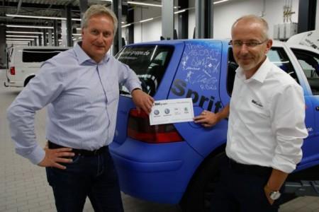 Heinz Sasse, 1. Vorsitzender des MSC Wiedenbrück und Thomas Klemm, Vertriebsleiter bei der Auto-Zentrale Thiel und zuständig für das VW Golf-Rallyeprojekt der Auszubildenden, freuen sich auf eine spannende Rallye.