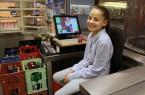 Anisa von der Elly-Heuss Knapp Realschule half beim Kassieren und Bereitstellen von Waren in der Cafeteria im Bertelsmann Corporate Center. © Bertelsmann.