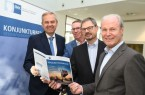 Präsentierten die Ergebnisse der aktuellen IHK-Herbstkonjunkturumfrage Wolf D. Meier-Scheuven, IHK-Präsident, Harald Grefe, stellvertretender IHK-Hauptgeschäftsführer, Dr. Christoph von der Heiden, IHK-Geschäftsführer, und Thomas Niehoff, IHK-Hauptgeschäftsführer (von links).  Foto: IHK Ostwestfalen