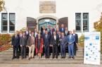 Informierten sich auf Schloss Benkhausen über die aktuellen Entwicklungen des Exportgeschäfts: die Teilnehmer des IHK-Außenwirtschaftsausschusses. Foto: Gauselmann Gruppe