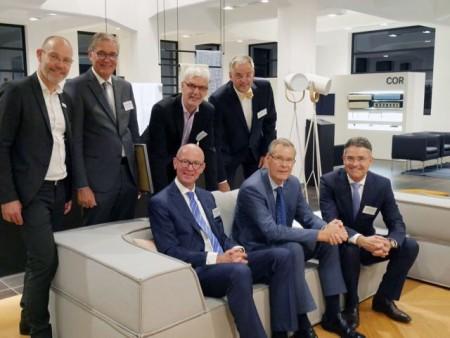 In der passenden Location: (stehend v.l.) COR-Geschäftsführer Leo Lübke, Thomas Sterthoff (Wirtschaftsinitiative) Albrecht Pförtner (pro Wirtschaft GT), Gerd Hoppe (Wirtschaftsinitiative), (sitzend v.l.) Johannes Hüser (Wirtschaftsinitiative), Landrat Sven-Georg Adenauer und Volker Ervens (Wirtschaftsinitiative) sprachen im COR-Haus über das Thema Design.