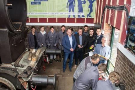Gruppenfoto mit den Projektbeteiligten - Damit die Bedingungen für die Jugendlichen zukünftig noch besser werden, wird weiterhin an der MINT-Werkstatt der Entdeckungen gebaut.Foto:Peter Wehowsky