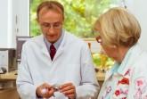 Das Endoprothetikzentrum am Klinikum Gütersloh operiert künstliche Hüftgelenke, wie hier im Bild zu sehen, über den Anterioren Minimal Invasiven Zugang (AMIS). Dies hat für die Patienten viele Vorteile, weiß Dr. Frank Hellwich (links).