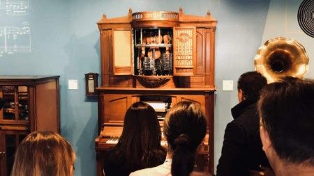 BesucherInnen vor der Hupfeld Violina. © Deutsches Automatenmuseum