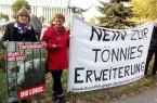 Dr. Johanna Scheringer-Wright (links) und Inge Höger vor der Schlachtfabrik in Rheda-Wiedenbrück. © Bündnis gegen die Tönnies-Erweiterung