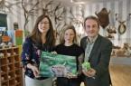 Sarah Jonek (Mitte) hat wieder tolle Motive aus dem Tierpark eingefangen. Zusammen mit Yvonne Liebold (Stadtwerke Bielefeld) und Herbert Linnemann (Tierparkleiter) präsentiert sie den Kalender für 2019. © Katja Leszczynski / Tierpark