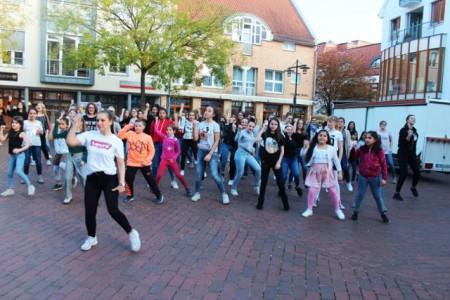 Flashmob zum Weltmädchentag: Mädchen und Frauen tanzten für weltweite Gleichberechtigung.