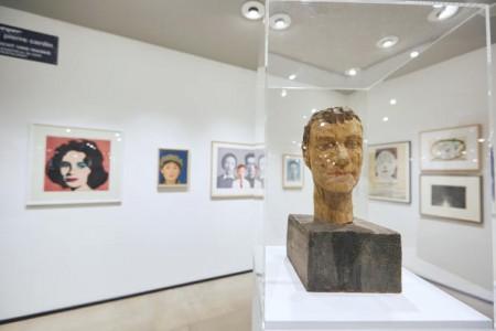 In der Ausstellung werden Werke der westlich-europäischen Avantgarde mit solchen aus dem fernöstlichen Kulturkreis konfrontiert, traditionelle Porträts mit abstrakten Bildnissen.