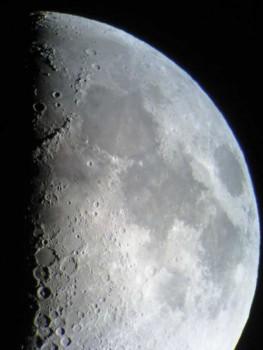 Der zunehmende Mond am Abendhimmel