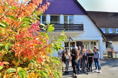 Die Filmgruppe bei den Dreharbeiten auf dem Außengelände vom Haus Neuland (im Hintergrund: das Lila Haus).Foto: Haus Neuland
