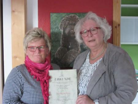 Susanne Tingelhoff und Ingrid Buchner, 1. Vorsitzende des Vereins für tiergestützte Therapie e.V. (© Gräfliche Kliniken)