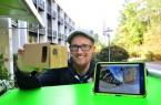 """Vincent Beringhoff ist Medienpädagoge im Haus Neuland und freut sich auf das Projekt """"UmWelt360"""". Interessierte Schulen aus OWL können sich jetzt dafür bewerben. Im Projekt erstellen die Jugendlichen 360-Grad-Fotos und -Videos. Die Multimedia-Storys rund ums Thema Nachhaltigkeit werden zum Abschluss in einer Ausstellung präsentiert und können mit VR-Brillen (hier ist ein selbstgemachtes und kostengünstiges Modell zu sehen) angeschaut werden. Foto: Haus Neuland"""