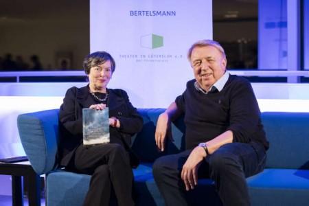 """Moderatorin Barbara Wahlster und der Romancier Hanns-Josef Ortheil auf dem """"Blauen Sofa"""" im Theater Gütersloh"""