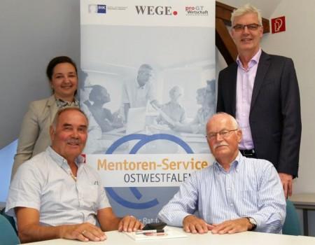 Bieten Unterstützung für Unternehmen an: (v.l.) Aleksandra Blagojević (pro Wirtschaft GT), die Mentoren Horst Peil und Klaus Rudat sowie Albrecht Pförtner (pro Wirtschaft GT).