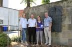 Evelyn und Dave Hill auf Spurensuche zur Familiengeschichte in Büren: Hier besuchten sie gemeinsam mit Stadtarchivar Hans-Josef Dören (r.) und Marianne Witt-Stuhr (Leiterin Stadtmarketing) das Denkmal an der ehemaligen Synagoge.