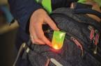 Kleiner Clip, große Wirkung: Der Clip ist magnetisch und kann auf leichte Weise an Kleidung oder Handtaschen und Rucksäcken befestigt werden.           Foto: NordWestBahn/Detlef Heese